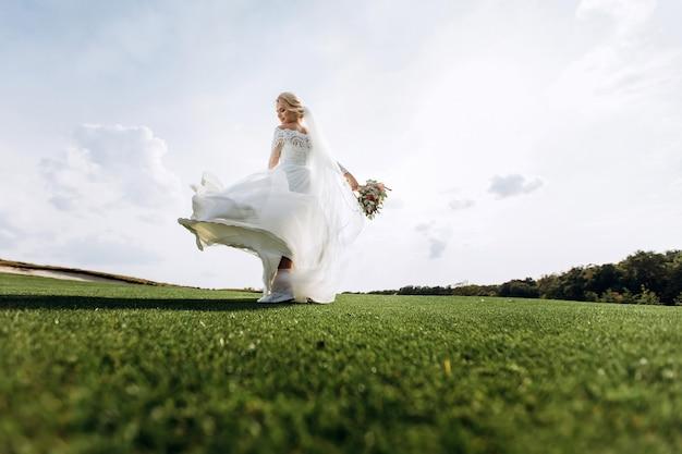 Ritratto di una bella sposa in natura