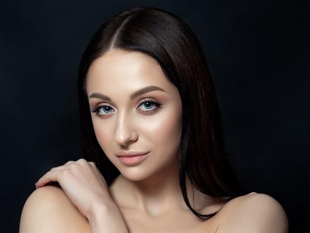 Ritratto di bella donna brunet con trucco nudo. concetto di cura della pelle di lusso.