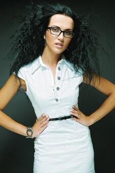 Ritratto di una bella ragazza bruna con gli occhiali