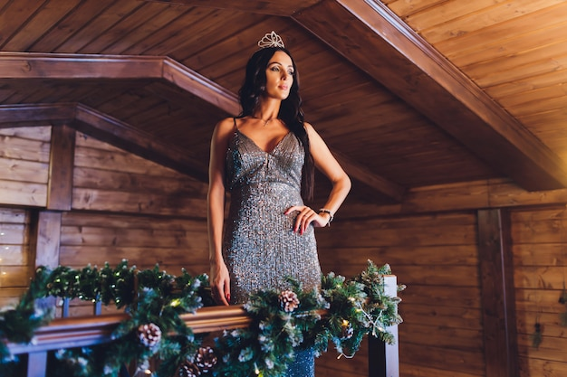 Ritratto di un bellissimo interno di ragazza bruna nuovo anno
