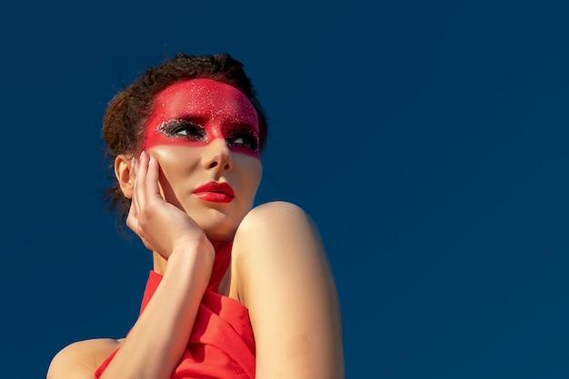 Ritratto di una bella donna bruna con trucco creativo