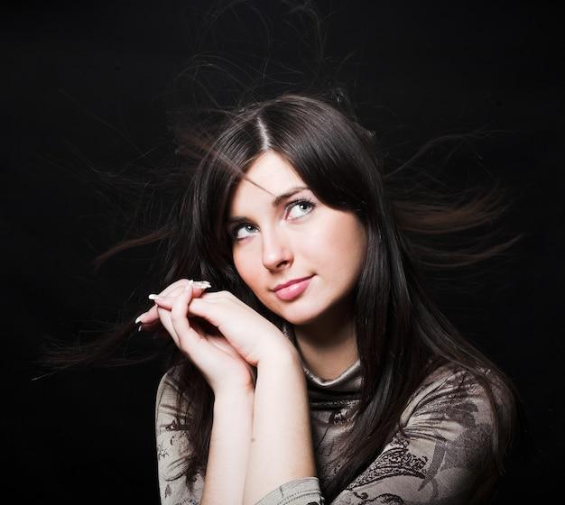 Ritratto di una bella donna bruna con i capelli al vento