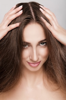 Ritratto di bella donna castana con capelli lunghi.