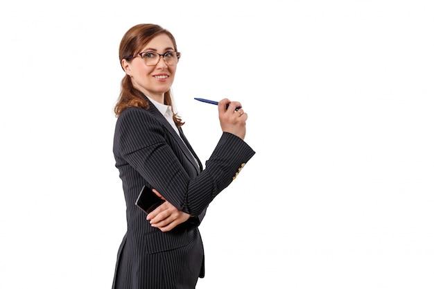 Ritratto di bella donna di affari 50 orecchie vecchie con il telefono cellulare isolato su bianco.