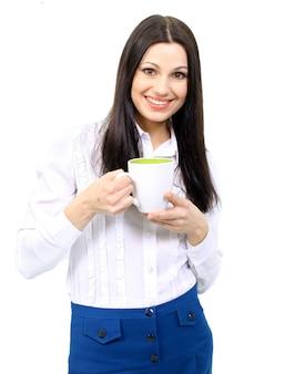 Ritratto di bella donna di affari che tiene tazza di caffè