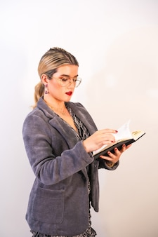 Ritratto di una bella donna d'affari caucasica, controllando il suo calendario