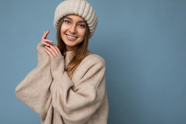Ritratto bella affascinante sorridente divertente giovane donna bionda