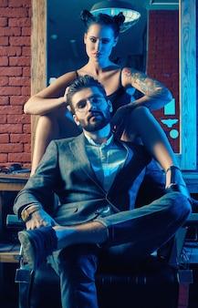 Ritratto di bella coppia nel negozio di barbiere
