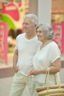 Ritratto di bella coppia di anziani nel centro commerciale