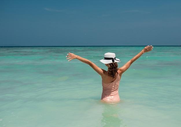 Ritratto bello divertimento gioia sexy donna bruna sorridente in bikini nudo. in superficie