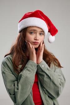 Ritratto di una bella ragazza in un cappello festivo natale capodanno