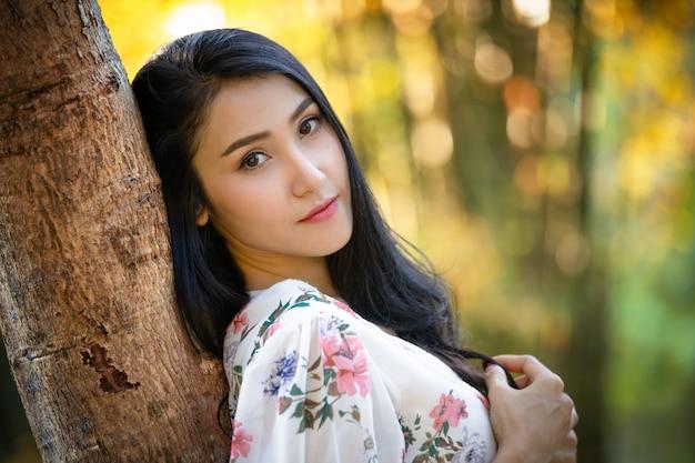 Ritratto di una bella ragazza in un abito vintage in giardino immagine retrò. stile artistico