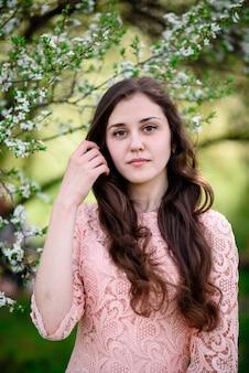 Ritratto di una bella ragazza con la natura chic capelli.