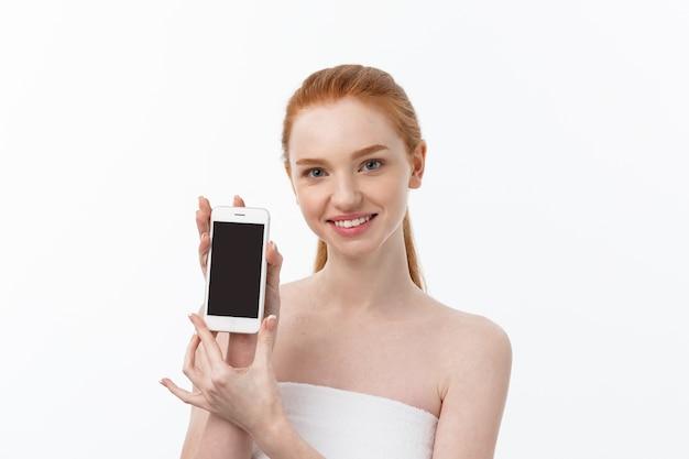 Ritratto di una bella ragazza con la conversazione telefonica