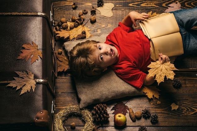 Ritratto di un bellissimo ragazzino felice primo piano tempo autunnale per la vendita di moda bambini felici che giocano ad...