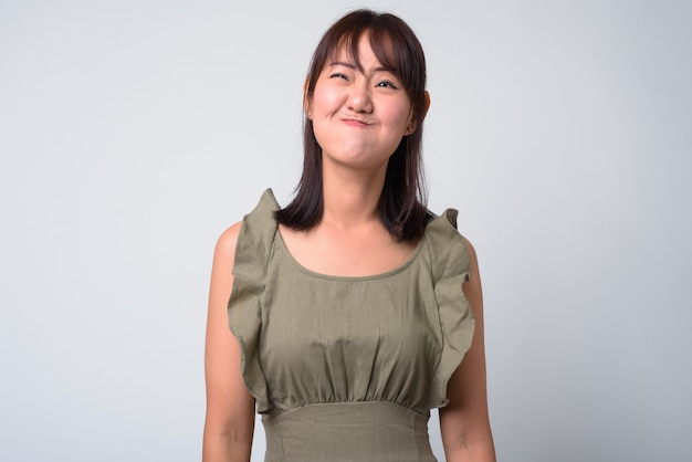 Ritratto di bella donna giapponese su bianco