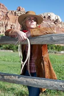 Ritratto di una bellissima giovane donna bionda che indossa un cappello da cowboy