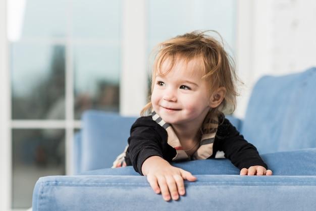 Ritratto di un bel bambino piccolo a casa