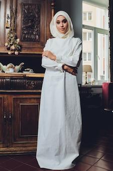 Ritratto di una bella donna musulmana in abiti tradizionali islamici e coprono le loro teste