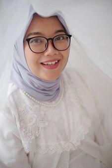 Ritratto di bella donna musulmana in abito bianco
