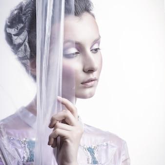 Ritratto di una bella donna pensosa. bellezza e moda
