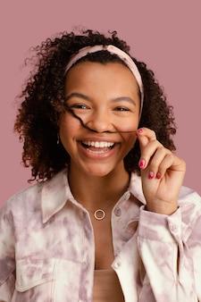 Ritratto di bella donna sorridente che gioca con i suoi capelli