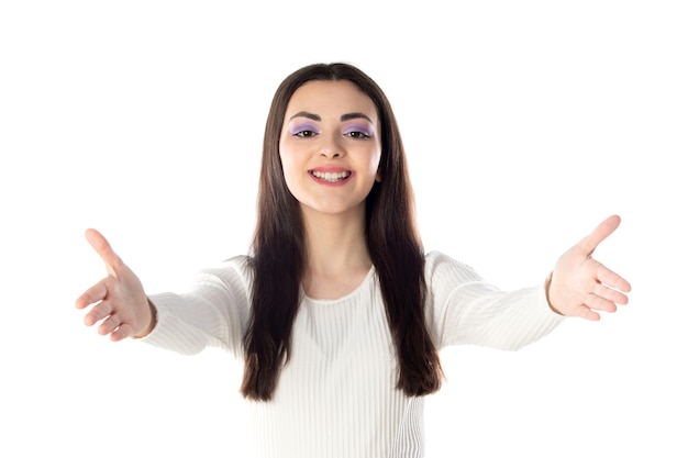 Ritratto di bella ragazza teenager con il primo piano viola di trucco isolato su fondo bianco