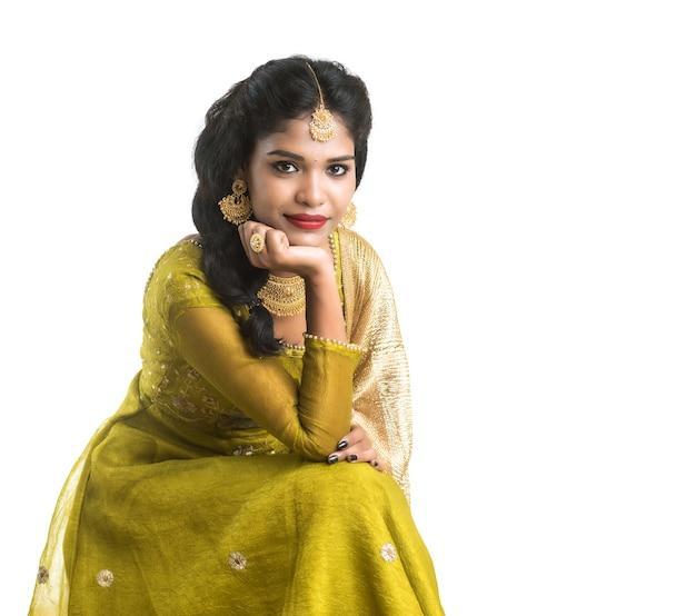 Ritratto di bella donna indiana tradizionale posa su bianco.
