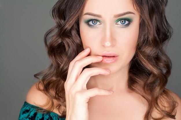 Ritratto di una bella donna, una modella bruna con il trucco