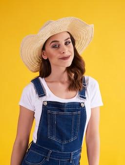 Ritratto di bella donna con cappello in studio shot