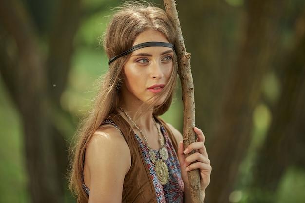 Ritratto di una bella donna hippie in una foresta