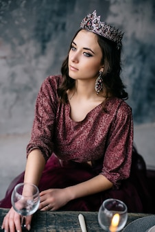 Ritratto di una bella donna in un'immagine della regina