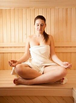 Ritratto di bella donna che medita alla sauna