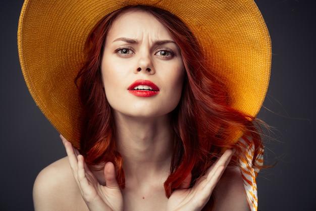 Ritratto di una bella donna con un cappello arancione