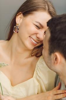 Ritratto di bella donna che sorride felicemente al suo uomo. felicità e serenità. bei momenti di vita. è un bel momento. giusto stile di vita. relazione felice. prendersi cura l'uno dell'altro.