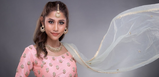 Ritratto di una bella donna in abiti da sposa pakistani etnici tradizionali