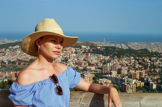 Ritratto di una bella donna. vista sulla città di barcellona e sul mar mediterraneo dalla collina di tibidabo.
