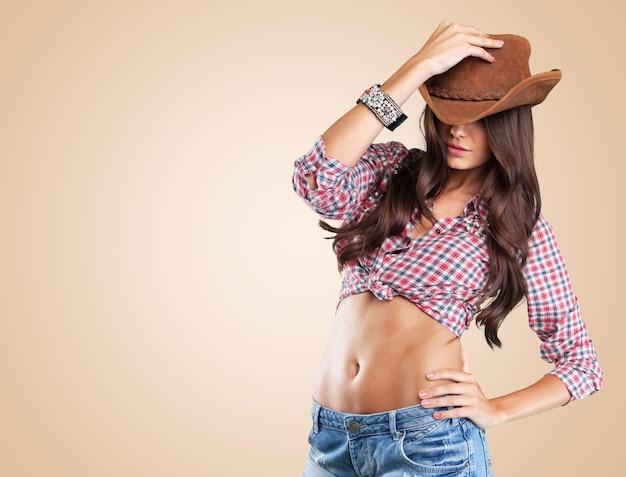 Ritratto di una bella donna che indossa un cappello da cowboy