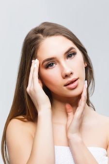 Ritratto di bella donna con pelle pulita e trucco naturale.