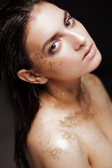 Il ritratto di bella donna con oro creativo compone