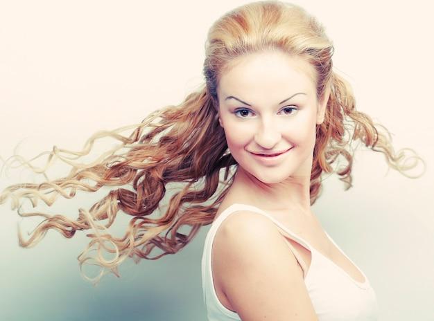 Ritratto di una bella donna con i capelli volanti