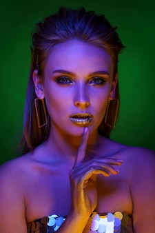 Ritratto di bella donna con trucco dorato