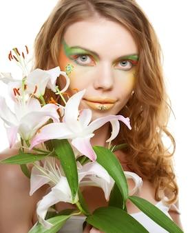 Ritratto di bella donna con fiori di giglio