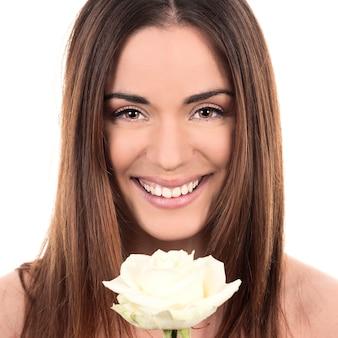 Ritratto di bella donna con rosa bianca