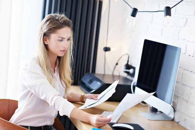 Ritratto di bella donna che lavora in un moderno ufficio a casa