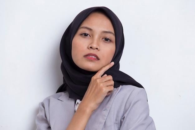 Ritratto di bella giovane donna musulmana asiatica con pelle pulita e fresca isolata su white