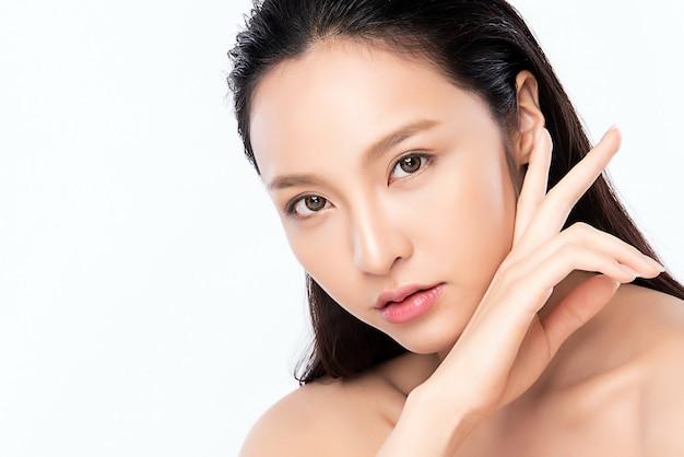 Concetto fresco pulito della pelle nuda della bella giovane donna asiatica del ritratto. skincare asiatico del fronte di bellezza della ragazza e benessere di salute