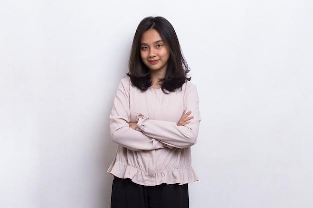 Ritratto di bella giovane donna asiatica isolata su fondo bianco