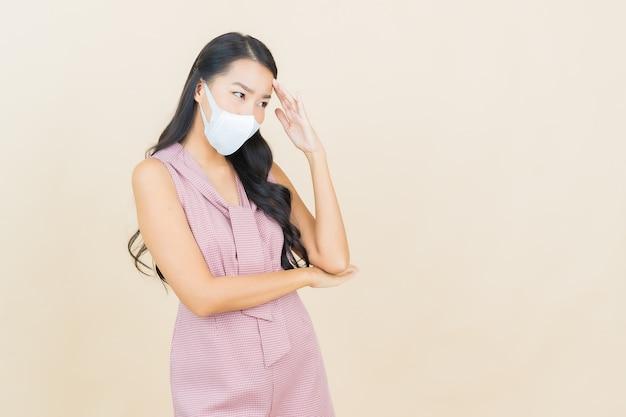 Ritratto bella giovane donna asiatica con maschera per proteggere covid19 o virus