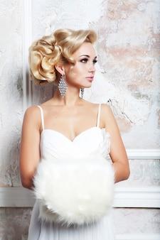 Ritratto di bella giovane sposa bionda in abito da sposa